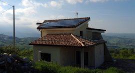 Impianto aerotermico integrato con solare termico per villa monofamiliare.