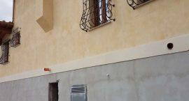 Pompe di calore unità esterne per impianto aerotermico in villa bifamiliare.