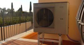 Unità esterna pompa di calore NIBE Split Pack2 per impianto aerotermico in villa monofamiliare.