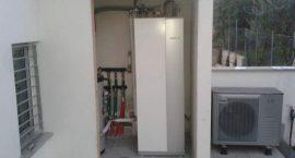Pompa di calore per impianto aerotermico di riscaldamento, raffrescamento e acqua calda in villa bifamiliare